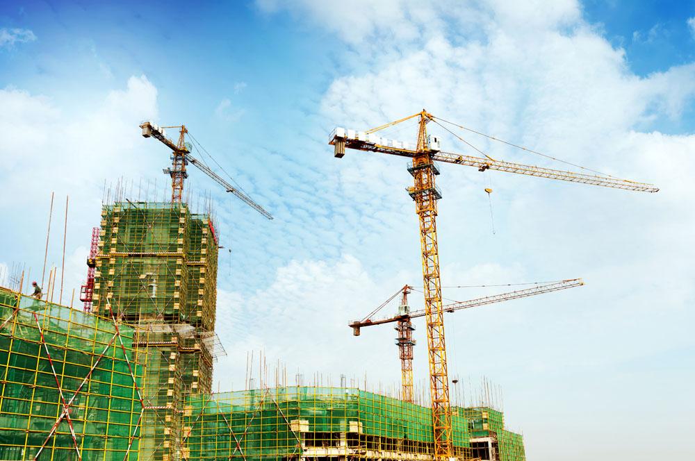 建筑机械租赁需求主要集中在民用住宅建设项目,其原因是当时民用住宅市场进入全面竞争时期,工程建设周期不断缩短,施工单位流动性加大,原来普遍以单位自有机械设备的模式已经严重不适应市场化的管理需求,加上大量民营和乡镇中小型建筑企业进入民用住宅市场施工,这部分中小建筑企业由于处于创业发展时期,不可能投入资金购买建筑机械,因此,管理和融资的双重需要,促进了租赁需求日益旺盛。目前,建筑机械的租赁需求已经扩展到冶金、电力建设、核电建设、桥梁建设、铁路建设、水利建设等所有建设领域,其趋势日渐旺盛,主要原因有:一是建设工程